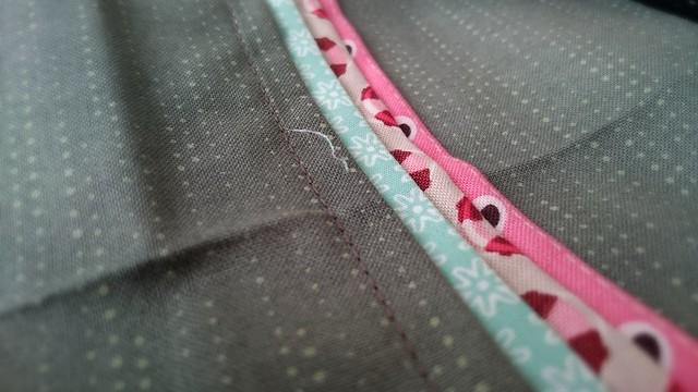 Die fertige Außenseite in grau mit rosa und türkisen Längststreifen.