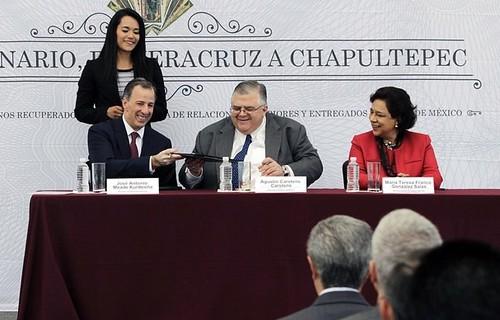 Carstens descarta mayor volatilidad del peso por elecciones