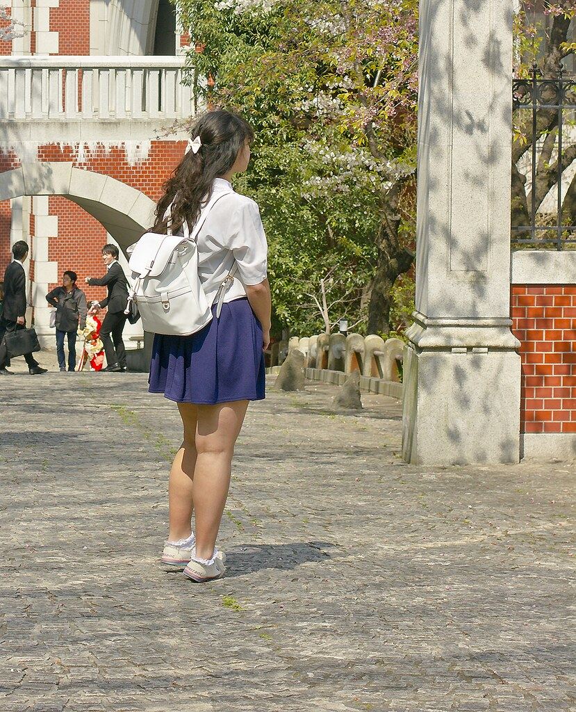 Keio university tokyo school schoolgirl japanese uniform tapeparade travel blog outfit blue navy skirt urban outfitters vintage white sailor collar blouse white backpack accessorize