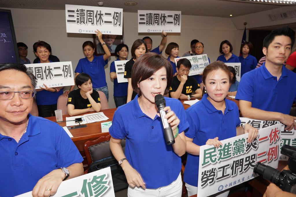 時代力量佔領主席台,國民黨立委包圍時代力量。(攝影:王顥中)