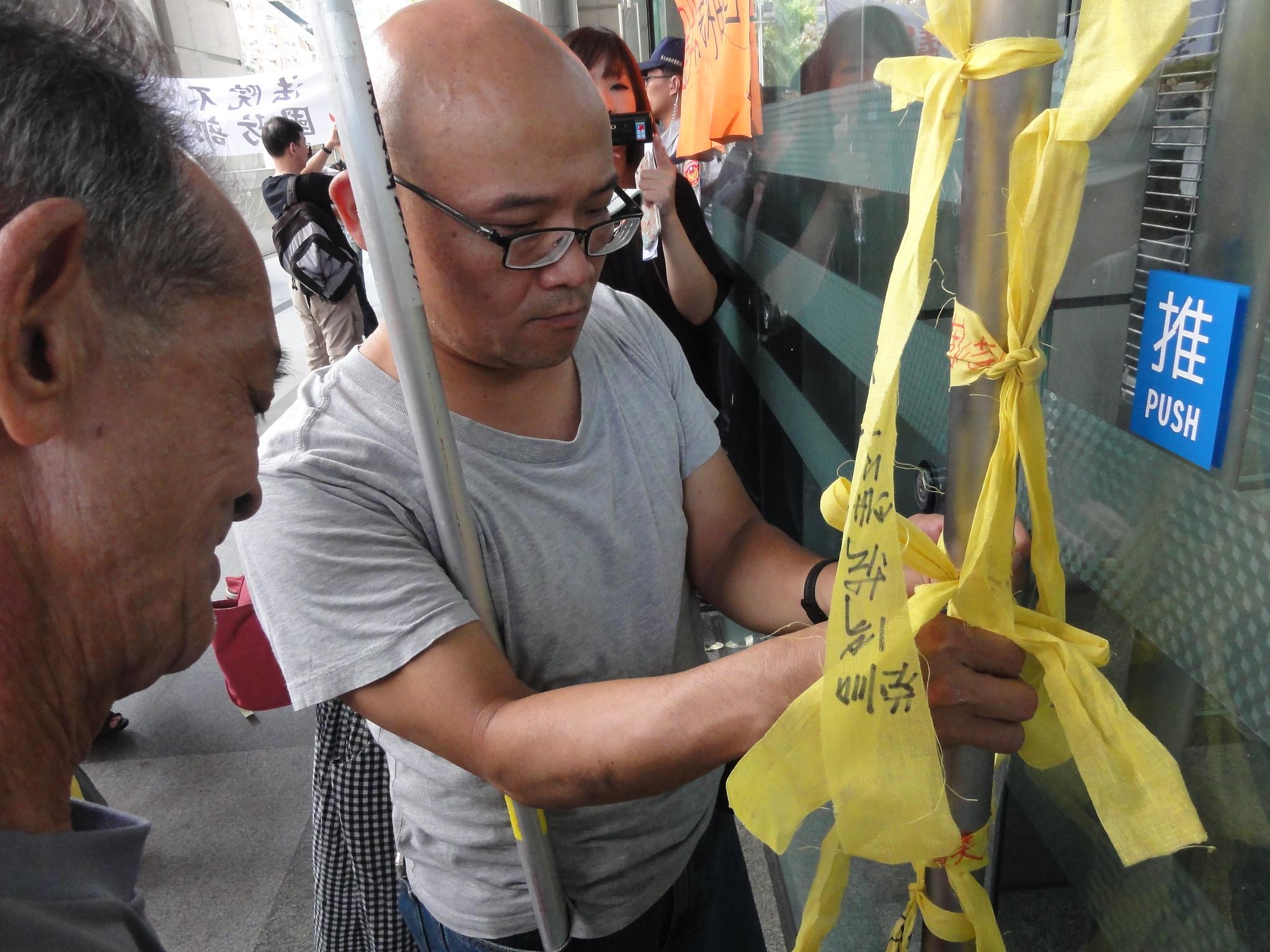 反迫遷團體將頭巾繫在交通部大樓前。(攝影:張智琦)
