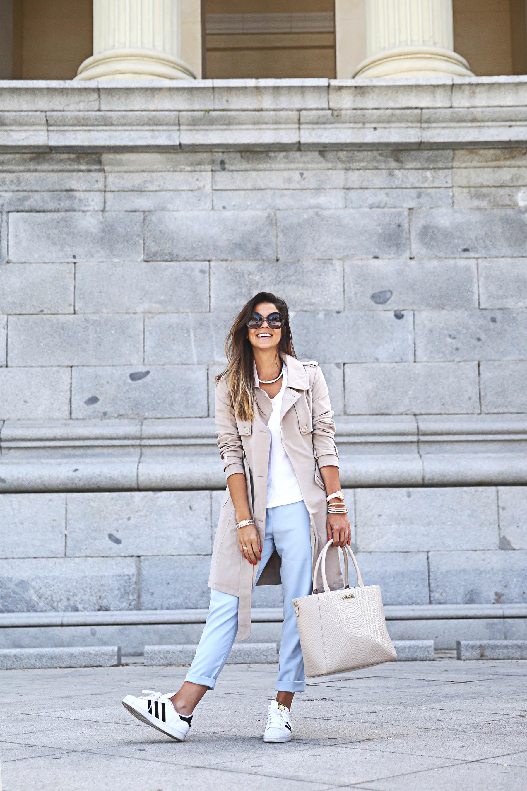 trendy-taste-look-outfit-street-style-ootd-blog-blogger-fashion-spain-moda-españa-folli-follie-shooting-trench-gabardina-adidas-superstar-camiseta-basica-basic-tee-9