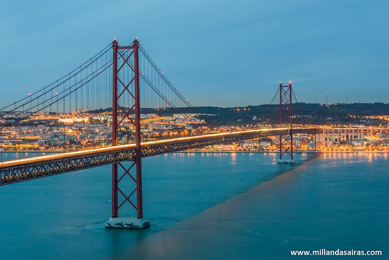 Puente 25 de Abril cruzando el río Tajo desde Lisboa