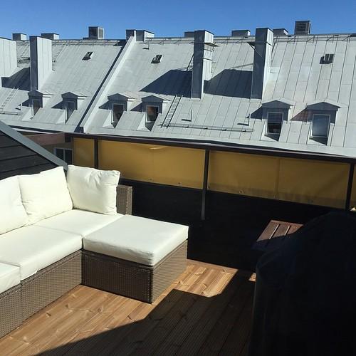 Nyinvigning av takterrassen idag! 30 grader i solen och champagne (kan visa sig vara en dålig kombo ...) Dålig bild men: nymålade väggar, renoverade fönster, nytt golv, nytt insynsskydd och el. Sedan tidigare en tresitssoffa med schäslong, matbord, stor g
