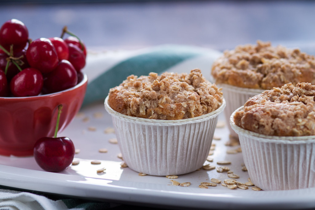 Muffin alle ciliege profumati alla mandorla con crumble alla cannella