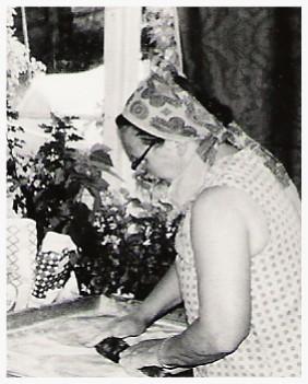 Mallu ja Anna Kaisa tekevät karjalanpiirakoita. Huomaa, että verhoy, mekot ja huivit ovat kaikki Marimekkoa.