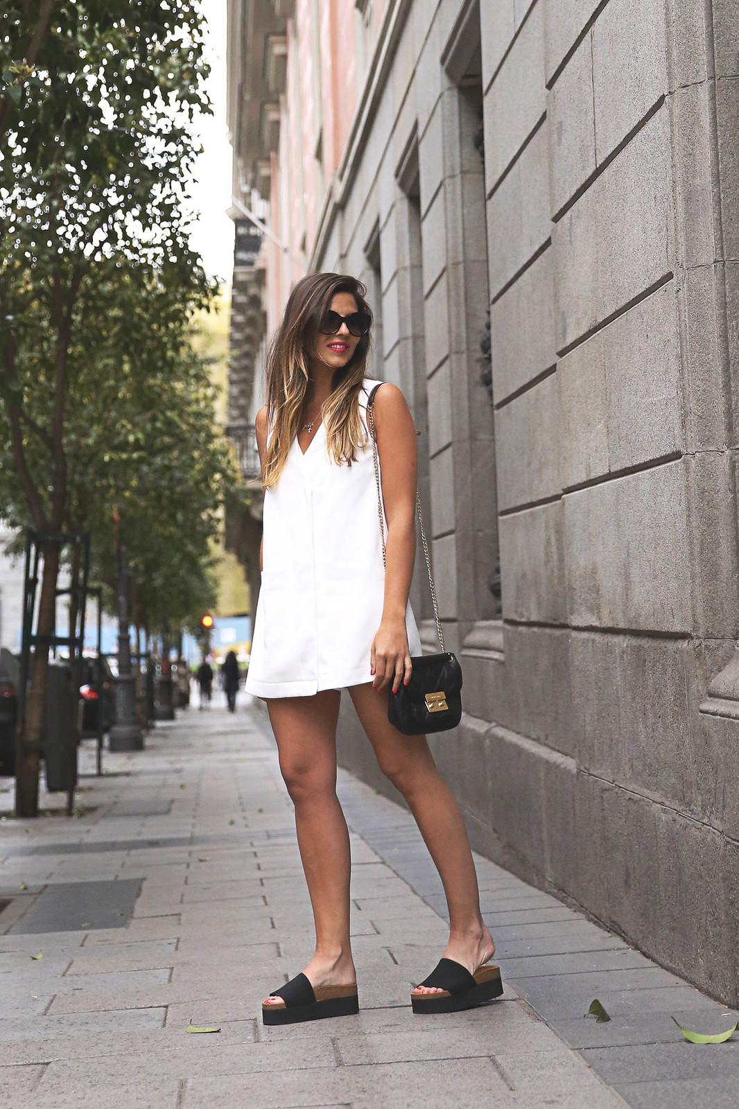 trendy-taste-look-outfit-street-style-ootd-blog-blogger-fashion-spain-moda-españa-steve-madden-mono-overall-playsuit-sandalias-michael-kors-white-blanco-2