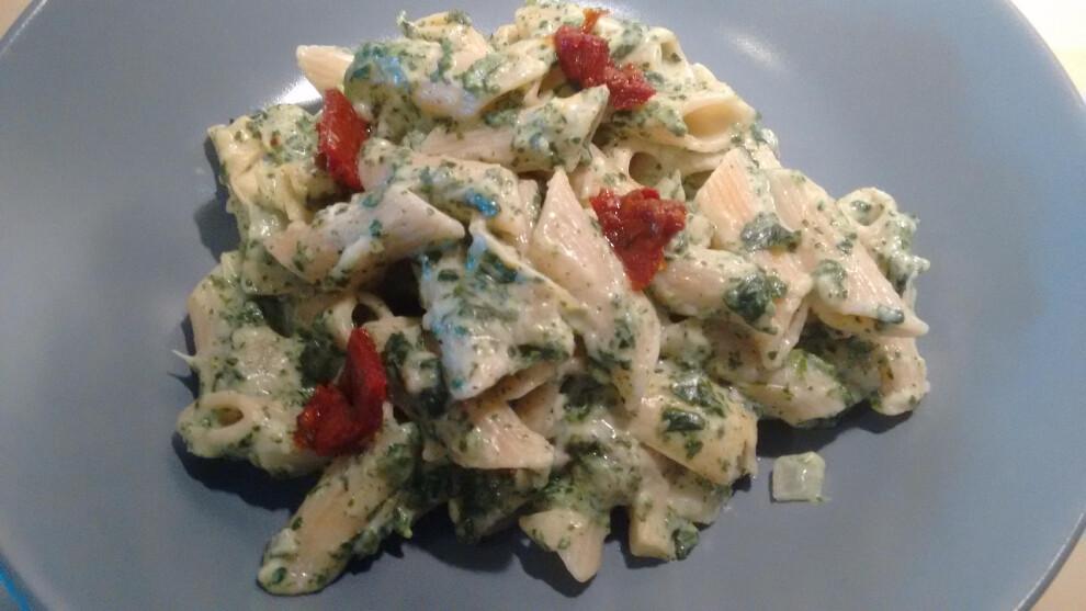Pasta con espinacas y alcachofas