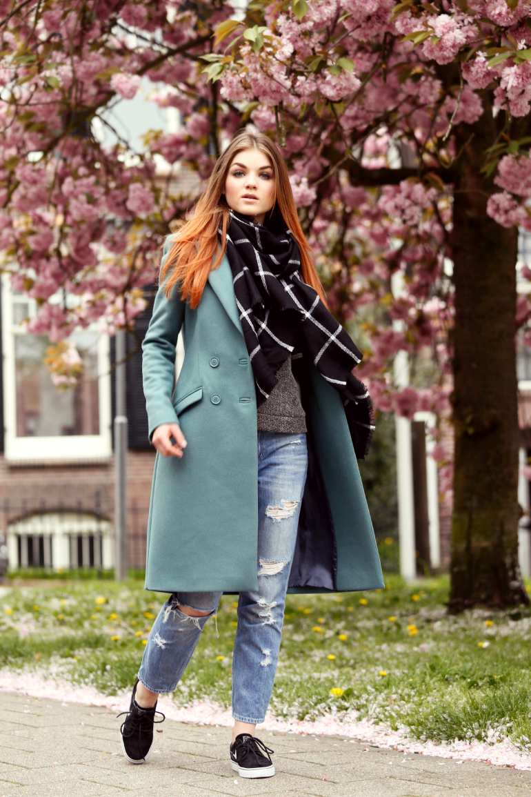 Keen on green, petrol jas, double breasted coat, double breasted jas, nike stefan janoski sneakers, destroyed jeans, destroyed denim, destroyed cropped jeans, scarfz.nl, sweater, & other stories, zara, monki, nike sneakers, bloesem, fashion is a party, fashion blogger
