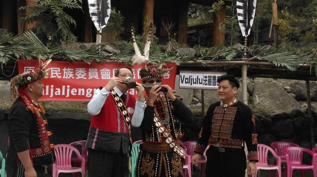 傳統Maljaljenguanguaq(和睦)協議會中,和解雙方共飲雙連杯。圖片來源:陳采邑。