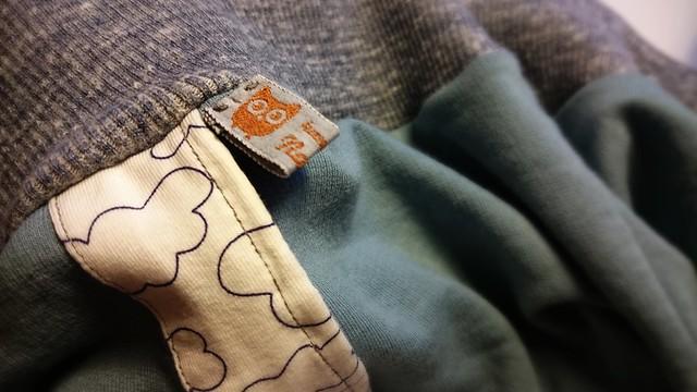 Den Hoodie habe ich aus altgrauem Sweatstoff, weißem Jersey mit Wölkchen und grauem Bündchen genäht.