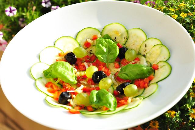 Zucchini-Carpaccio - vegan - vegetarisch - mit oder ohne Parmesan - feine Vorspeise - Sommergericht - Gemüse, Knoblauch, Kräuter - erfrischend und gesund ... Rezept und Foto: Brigitte Stolle 2016,