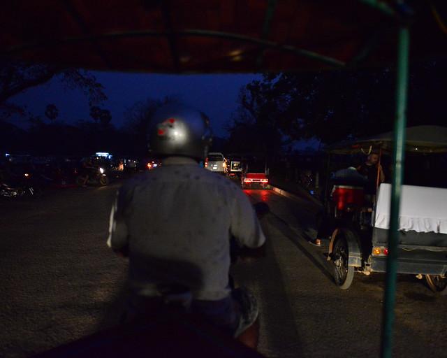 En tuktuk por las calles de Siem Reap en dirección a los templos de Angkor Wat