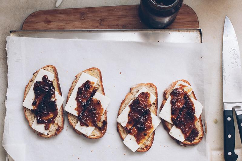 Tartine de Queijo Feta, Geleia de Figo e Cebola Caramelizada