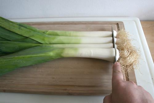 12 - Wurzelenden des Lauch abtrennen / Cut roots from leeks