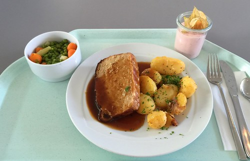Meat loaf with gravy & roast potatoes / Hackbraten mit Bratensauce & Röstkartoffeln