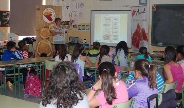 La nutricionista Mariló Recio explica el proceso de creación del pan artesanal a alumnos del colegio de la Caja de Ahorros.
