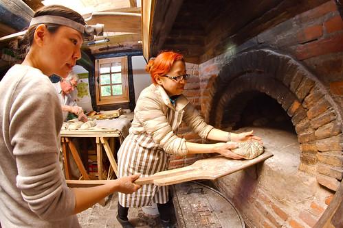 Naomi et Natsuno enfournent une boule de pain