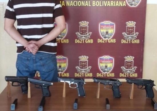 Policia del Estado Bolívar es detenido dado a que pretendía vender armas a bandas delictivas del sur...