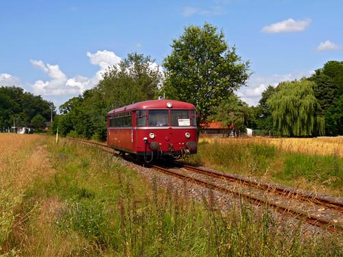 Bei Groß Langerwisch fährt der Uerdinger Schienenbus durch die Brandenburgische Landschaft.