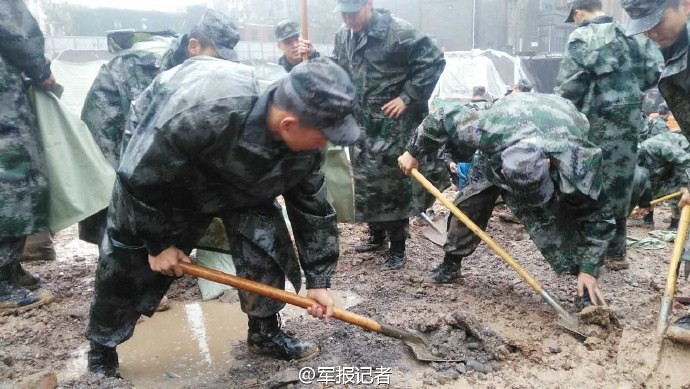 Henan ranks filled shoulder hand carry sand to contain the flood