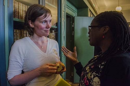 Merethe Eidstø Kristiansen (31) frå Kvensk Institutt og Michelle Tisdel ved Nasjonal bibliteket i diskusjon