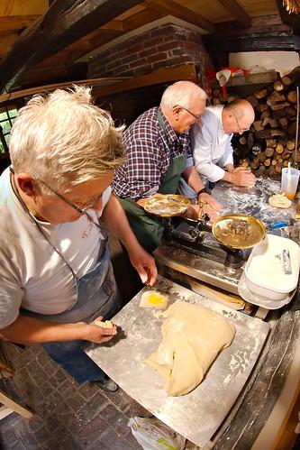 Georges, Claude et Jean-Pierre Supplice préparent les brioches