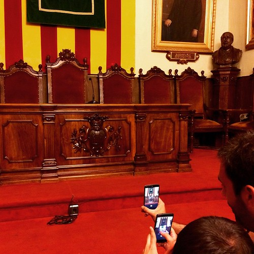 Instagramers capturant la poltrona de l'alcalde al #7instameetpenedès #Penedesfera #firesdemaig