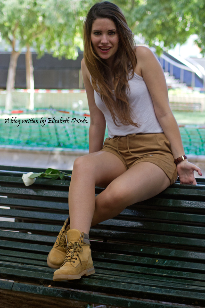 shorts-marrones-H&M-con-botas---HEELSANDROSES-look-outfit(3)