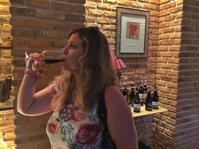 Rebeca probando el vino de Regina Viarum en Ribeira Sacra (Galicia)