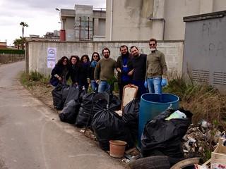 I giovani democratici all'opera in una delle iniziative per promuovere la pulizia di Rutigliano