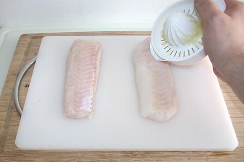 35 - Fischfilet mit Zitronensaft beträufeln / Sprinkle fish filet with lemon juice
