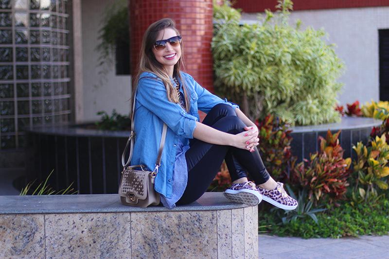 6-look básico com camisa jeans e tenis jana taffarel