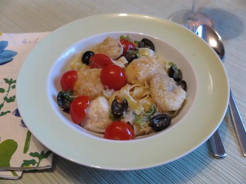 Seeteufelbäckchen in einer Soße mit Oliven und Tomaten (1. Teller)