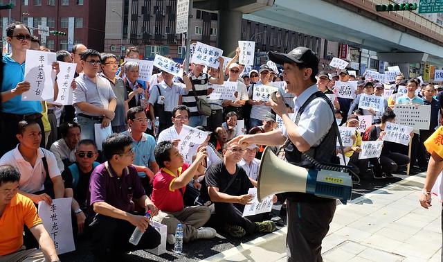 台電工會幹部會場外抗議 要求經濟部長李世光下台  攝影:陳文姿