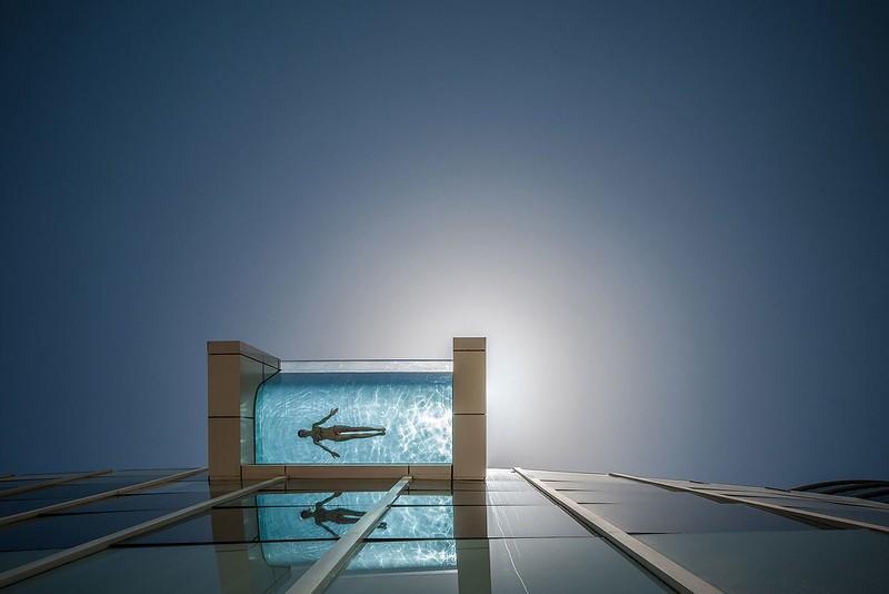 Стеклянный бассейн InterContinental Dubai Festival City, Дубай, ОАЭ