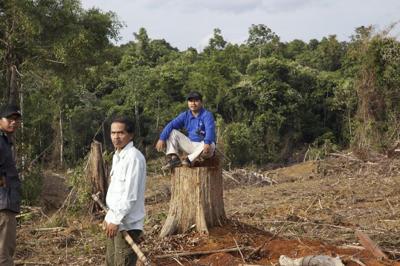 Masrani(坐著)與他的父親Petrus Asuy,是達雅本努阿克族(Dayak Benuaq),來自東加里曼丹的Muara Tae村莊。他們表示鄰村Muara Ponak村莊的小部分村民在欺詐性交換下,將社區習俗地賣給了棕油公司。這件事情受到國際關注,並在2015年聯合國巴黎氣候高峰會上被強調說明。照片:Tom Johsom