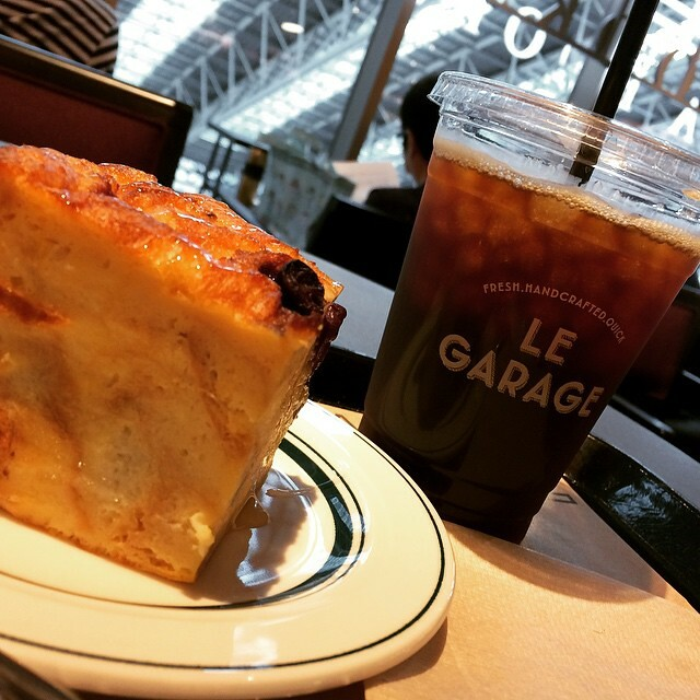 breakfast no.2 : blueberry bread pudding & iced coffee from le garage #tsutaya #lucua1100 #legarage #breadpudding #blueberry #breakfast #japan #osaka