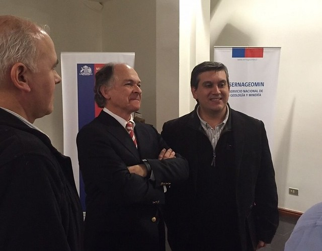 Los doctores en paleontología Alfonso Rubilar y Manuel Suárez junto al Director Nacional del Sernageomin Rodrigo ÁLvarez Seguel al dar inicio a la difusión ciudadana sobre el Chilesaurio