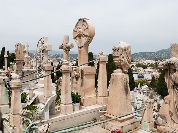 tombes alignées