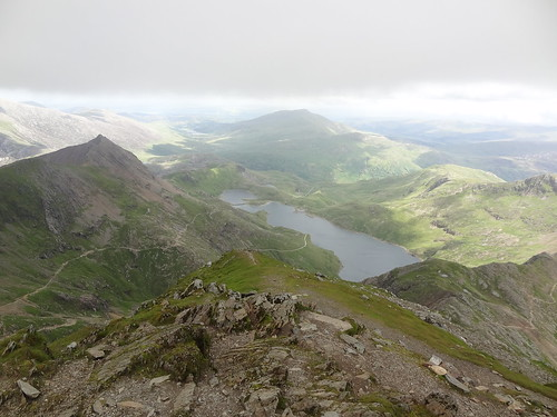 Snowdon: Summit (1085 m / 3560 ft) - Looking down at the Miner's Track, the Pyg Track and Llyn Llydaw