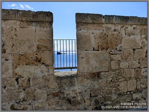 תמונות מעכו - מבט על מגדל הזבובים הנמצא בכניסה לנמל עכו מבעד לחומת העיר