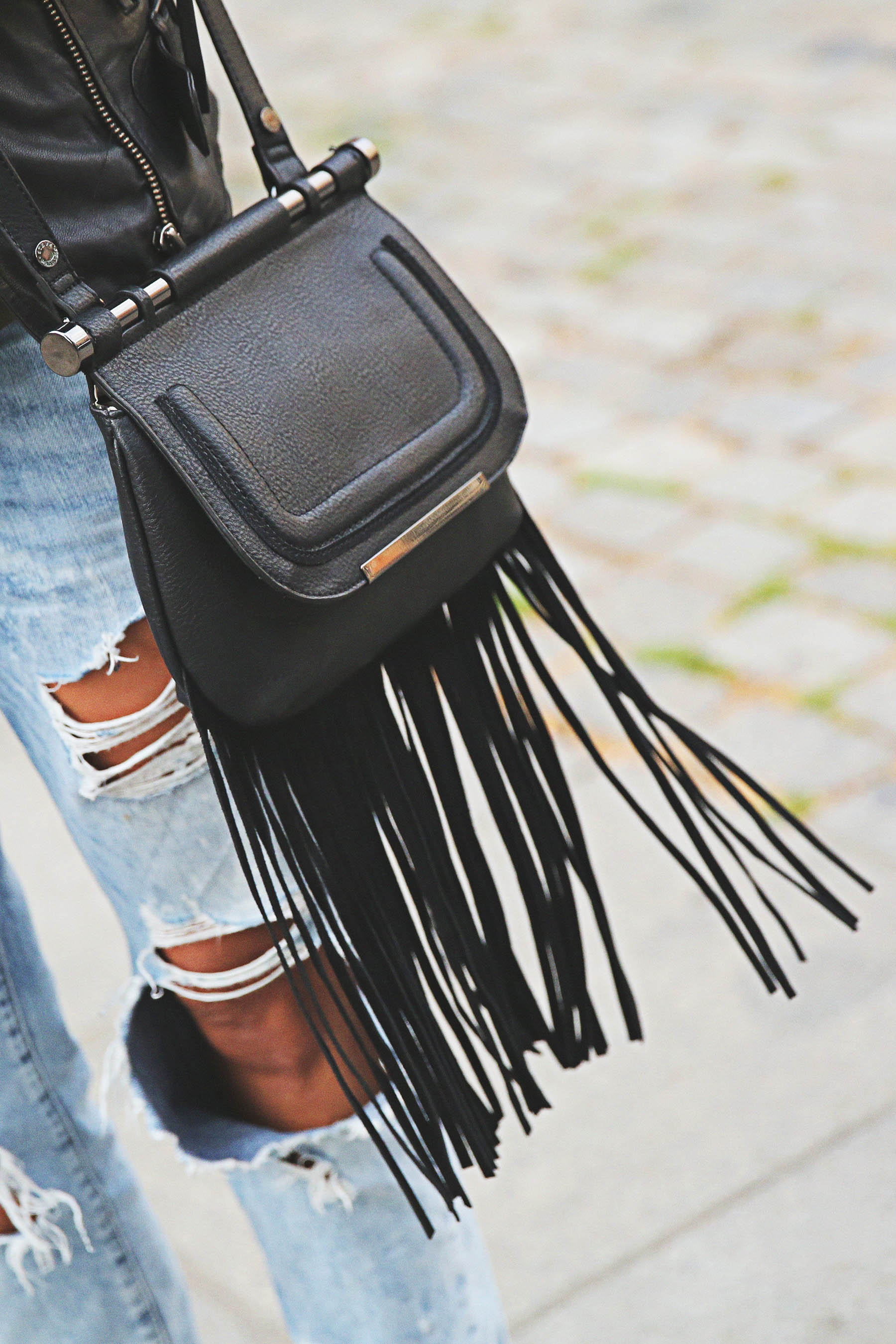 trendy-taste-look-outfit-street-style-ootd-blog-blogger-fashion-spain-moda-españa-boyfriend-vaqueros-jeans-steve-madden-sandalias-verano-primavera-leather-jacket-chaqueta-cuero-khaki-caqui-ripped-rotos-9
