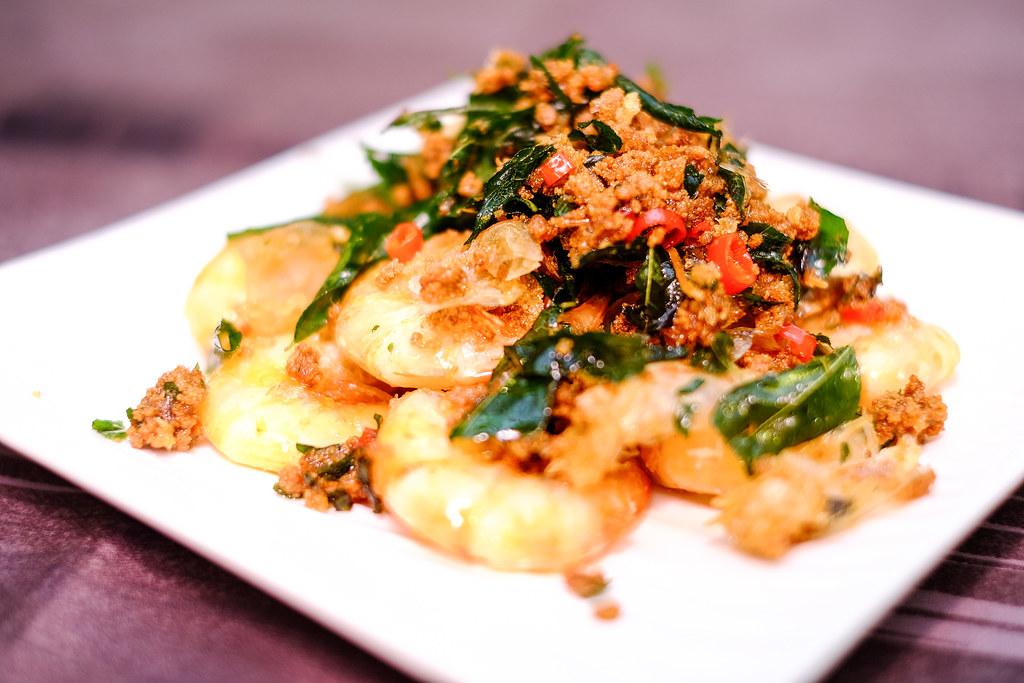 帕吉酸痛印尼餐厅炒锅黄油虾配香料