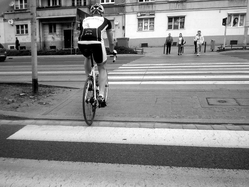 jazda rowerem po chodniku