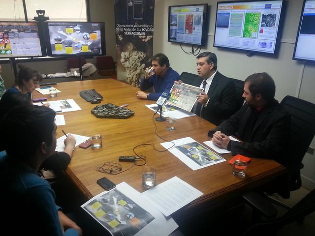El director del Sernageomin, Rodrigo Álvarez Seguel, al exponer la iniciativa junto a los volcanólogos Álvaro Amigo y Gabriel Orozco