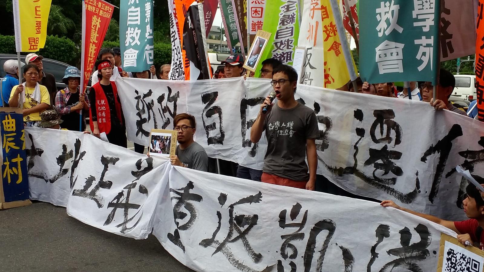台灣人權促進會居住權專員林彥彤憤怒地質問,現在各地政府執行的迫遷案「有公共利益可言嗎?」(攝影:張智琦)
