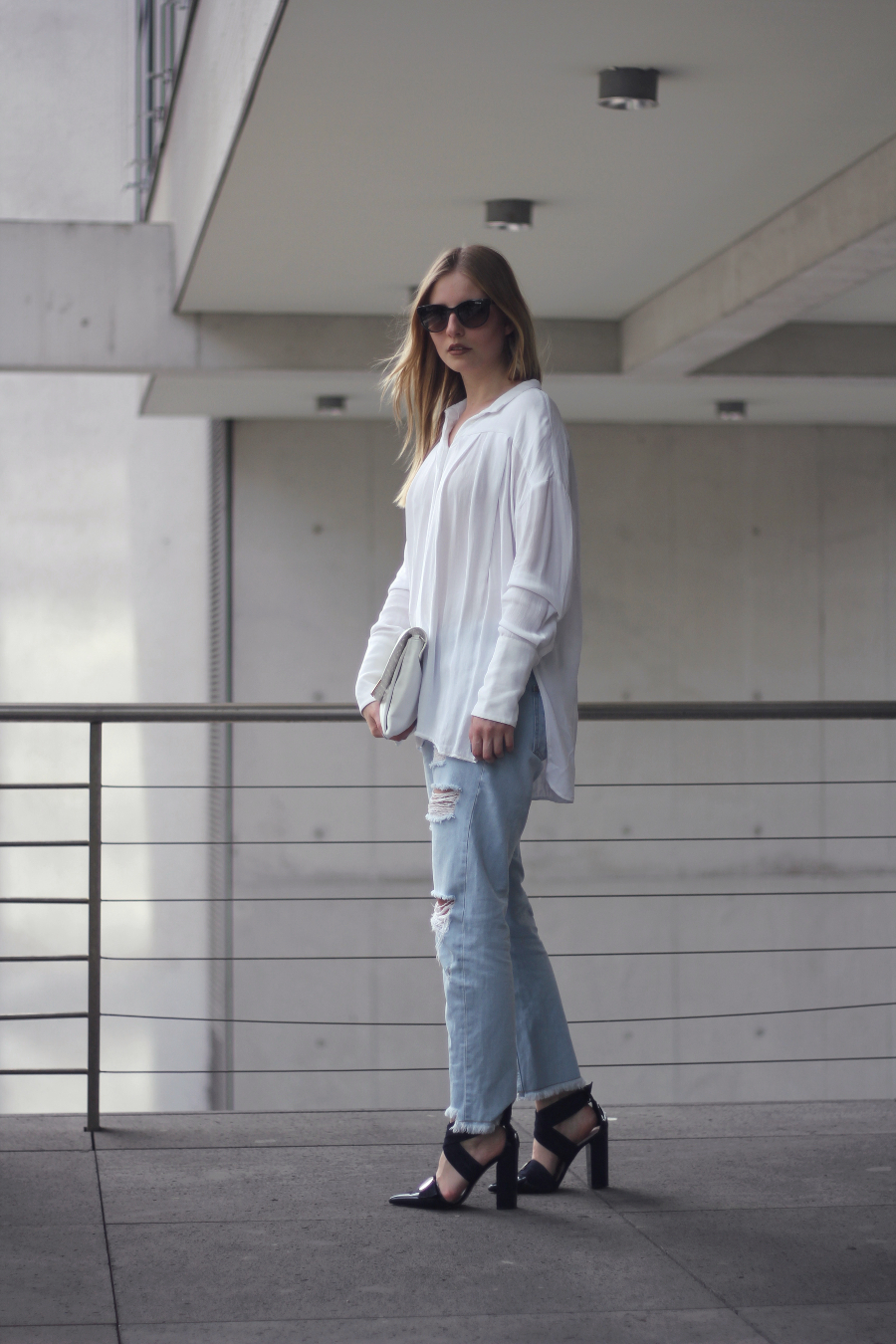 outfit shirt mom jeans ripped cropped heeled sandals uterque metal white navi blue sunglases