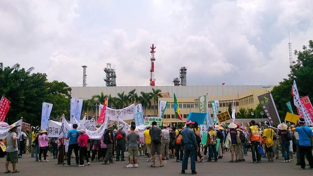 遊行隊伍走向大林蒲中油煉油廠大門口。李育琴攝