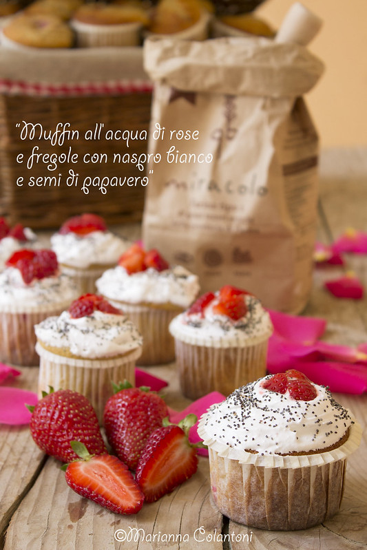 Muffin all'acqua di rose e fragole con naspro bianco e semi di papavero